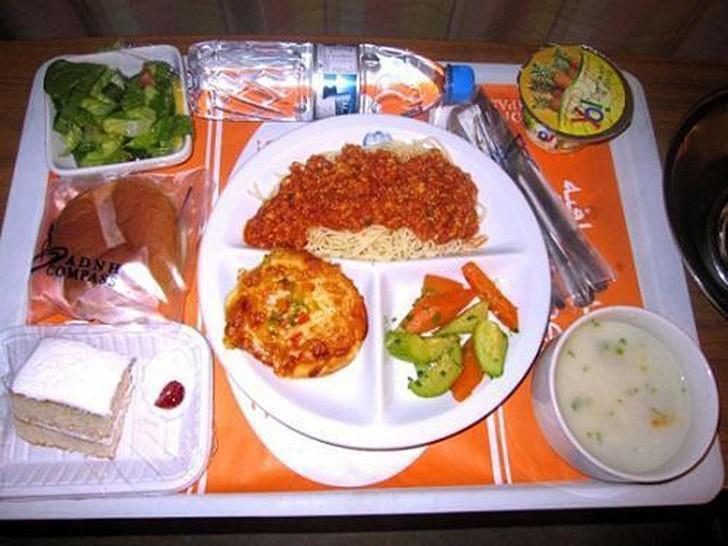 9. Дубай, ОАЭ: спагетти, отбивная, салат, суп, хлеб, йогурт, торт.