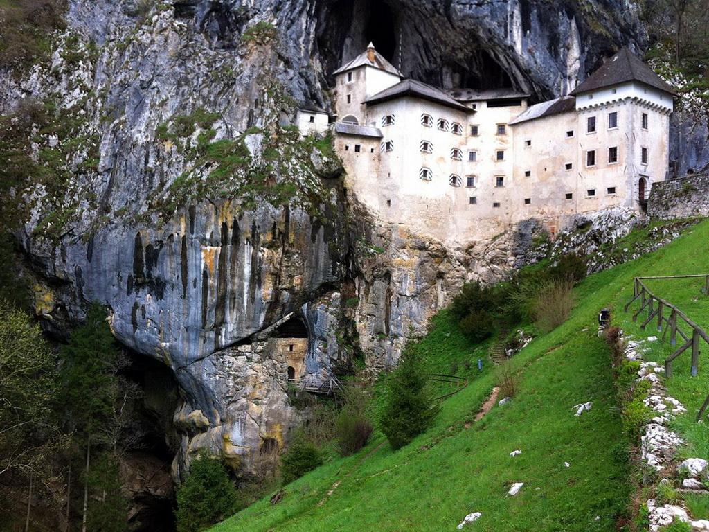 Год появления: 1202. Высота: 123 метра. В Словении расположен еще один удивительный замок из числа с
