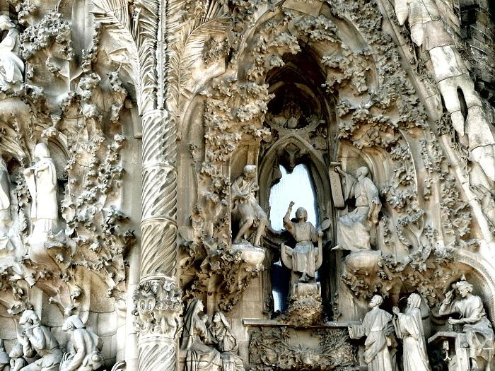 Храм состоит из трех фасадов: Рождества, Страстей Христовых и Воскресения. Фасад Рождества украшен д