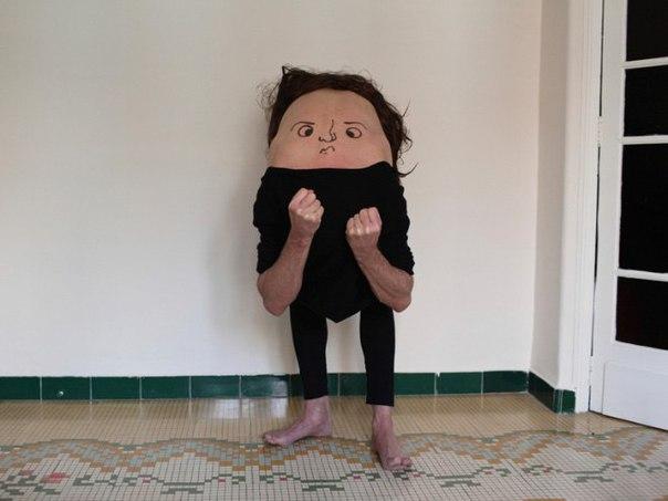 Фотограф нарисовал на спинах людей рожицы... получилось как-то крипово
