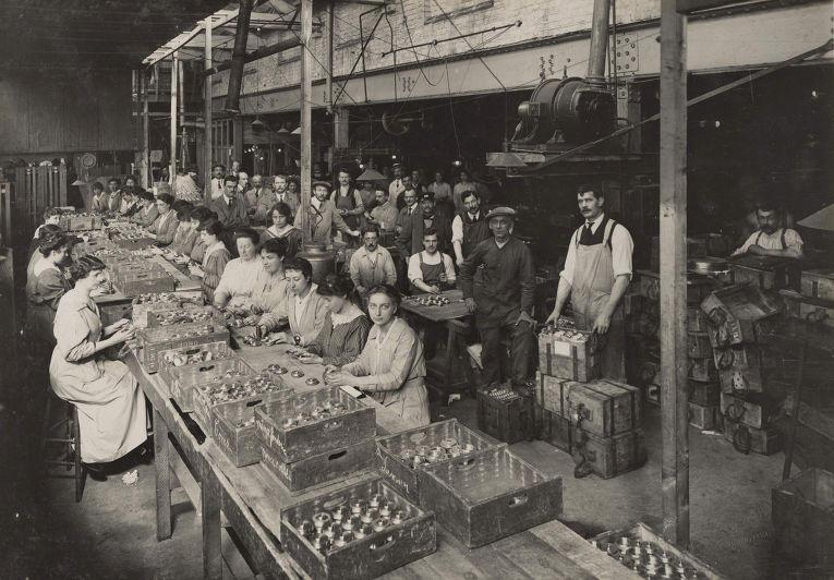 1. Женщины работают на заводе по производству боеприпасов, 1916 год.