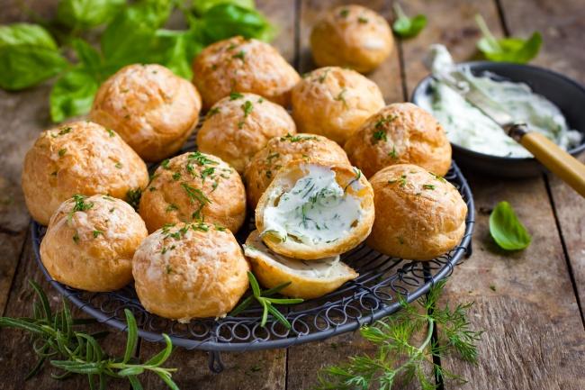 Французские сырные профитроли с икорным кремом Ингредиенты Для профитролей: 90 г сливочного масла 16