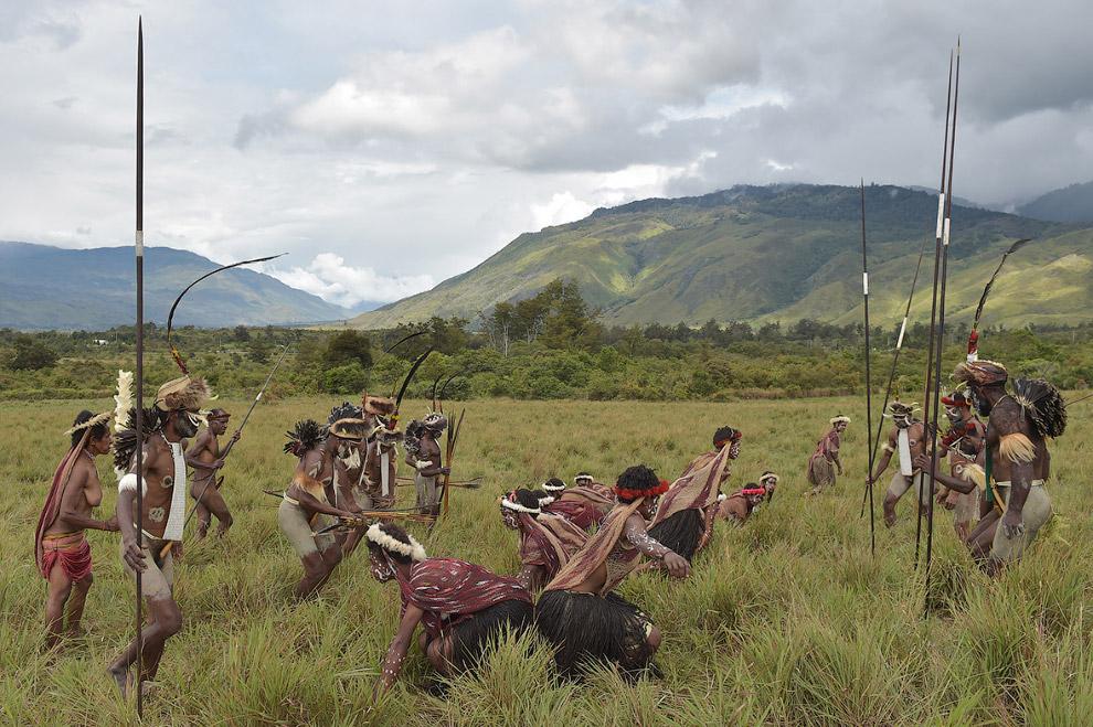 4. Войны племен длятся в течение двух дней, в них участвуют 26 групп по 30-50 воинов в каждой.
