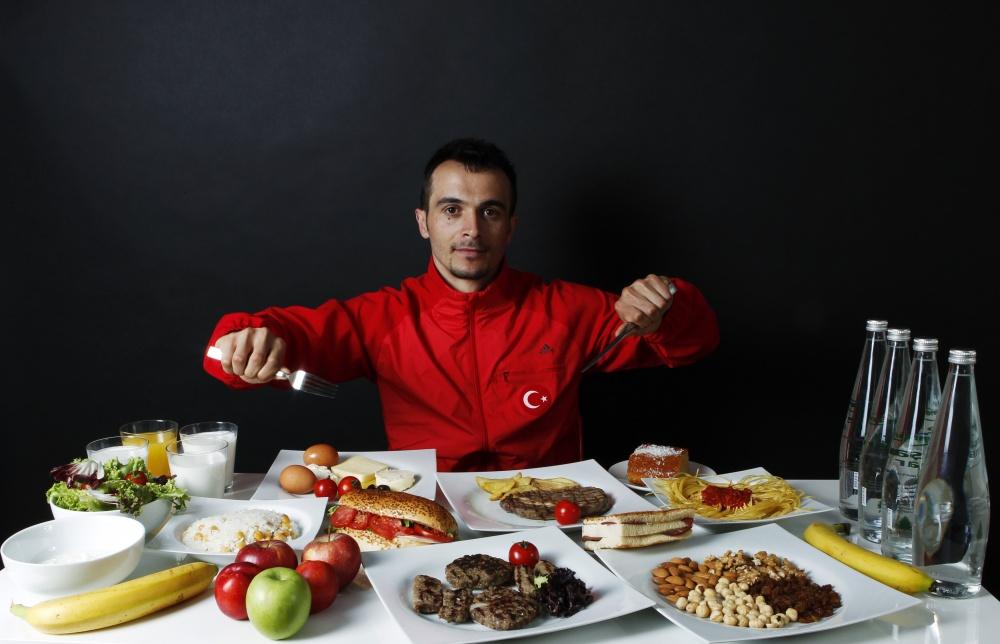 Тяжелоатлет Мете Бинай ни за что на свете не пропустит завтрак. В основу его рациона входит большое