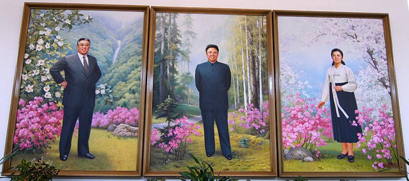 42. Местный иконостас. Папа, мама и сын. Корейцы всегда изображают руководителей улыбающимися и безм