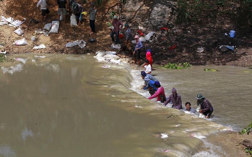 4. В надежде хоть немного замедлить течение воды в провинции Супханбури, фермеры закладывают канал м
