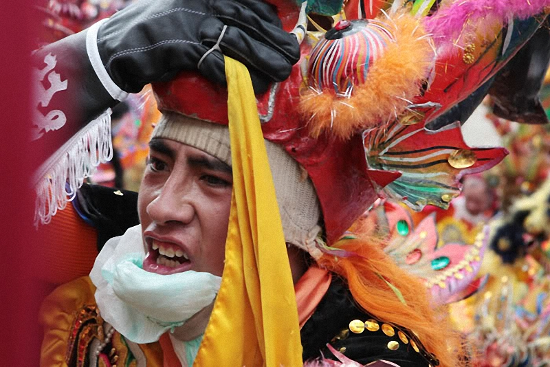 36. Многие танцоры подставляют под подбородок специальную губку, чтобы смягчить удары маски.