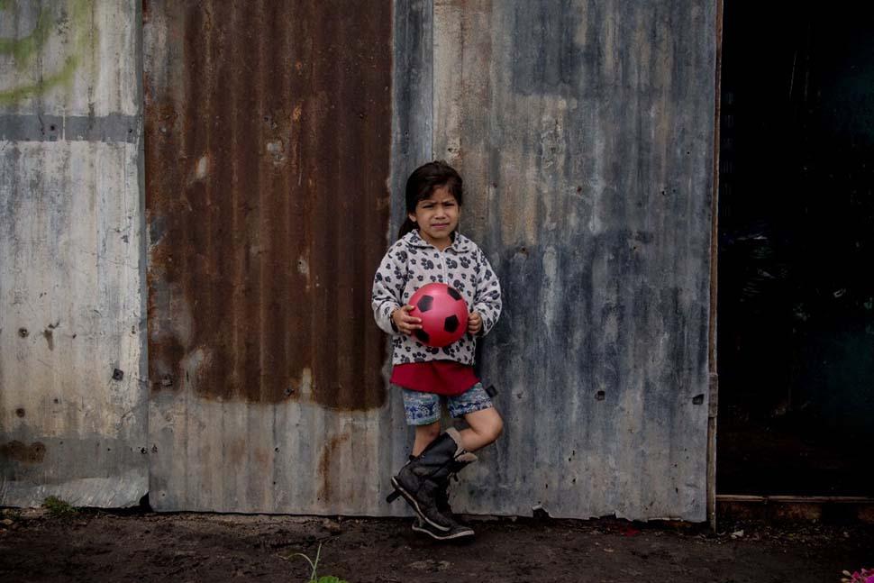 Колумбия, семейный доход — 145 долларов на взрослого в месяц. Любимая игрушка — пластмассовый мяч.