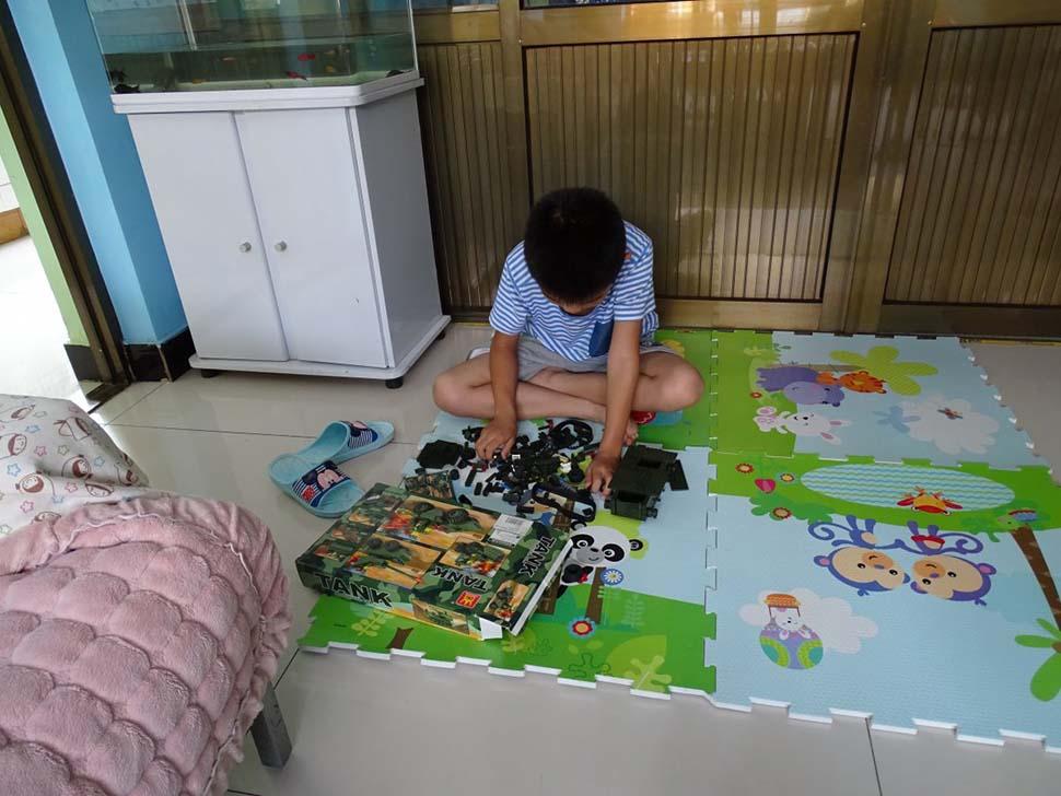 Китай, семейный доход — 2235 долларов на взрослого в месяц. Любимая игрушка — модель танка.