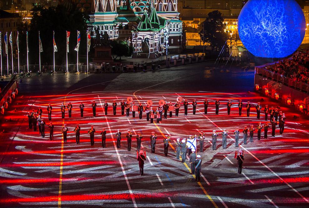 11. При смене участников сменялась картинка на двух огромных шарах, и подсветка Покровского собора.