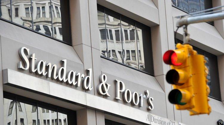 S&P улучшило прогноз порейтингам 17 компанийРФ