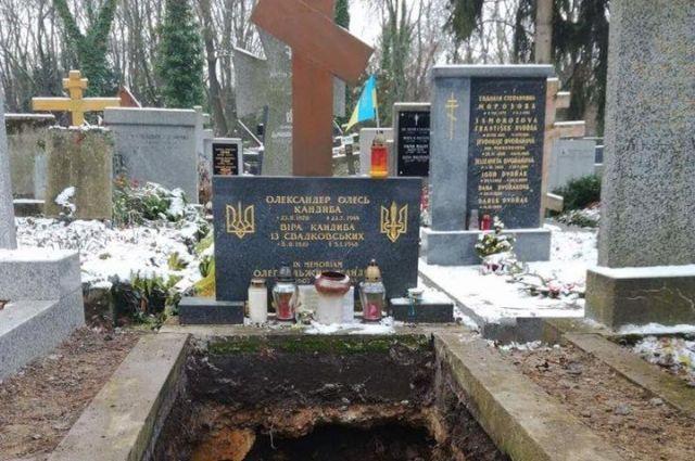 Прах писателя Александра Олеся иего супруги перевезли в Украинское государство