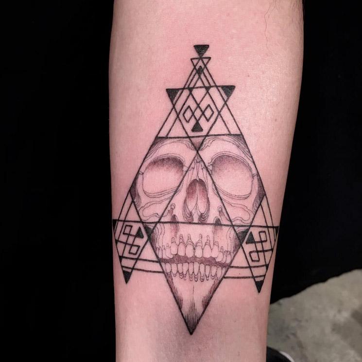 """""""Whole Glory"""": Scott Campbell tatua pessoas sem que elas vejam o que esta sendo tatuado"""