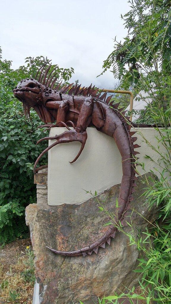 Геленджик. Скульптура Ящерица на заборе дома на ул.Луначарского.