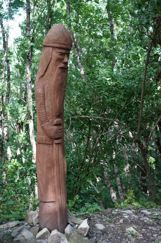 Деревянная статуя война. Верхний уровень Сафари-парк, Геленджик