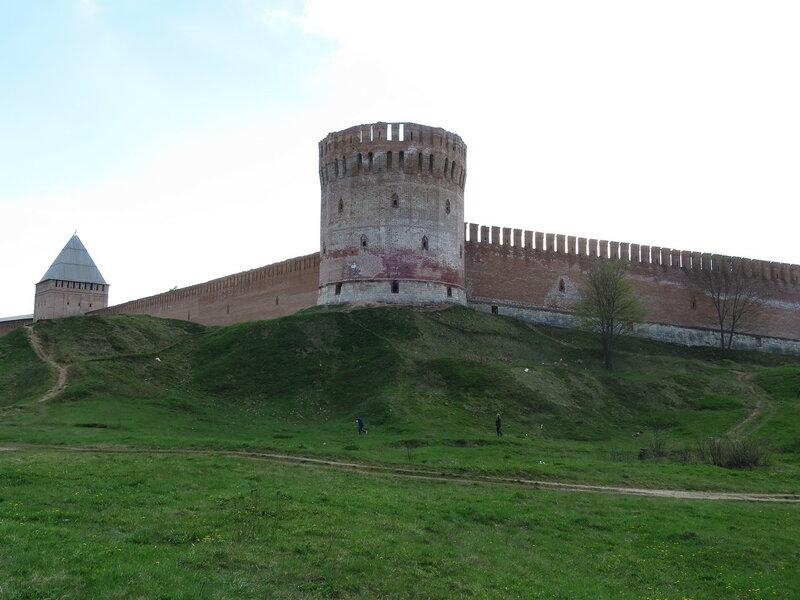 Башня Орел (9) и Авраамиевские ворота (10) на дальнем плане