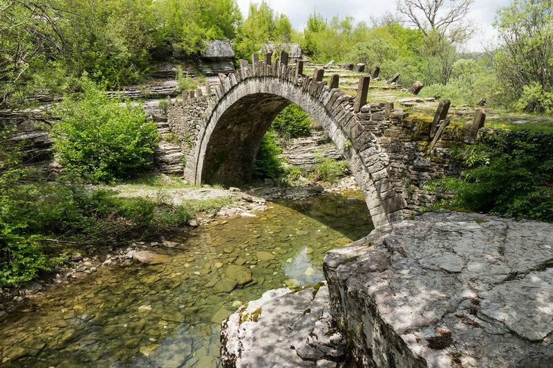 старинный каменный мост Kapetan Arkouda, Загория, Греция