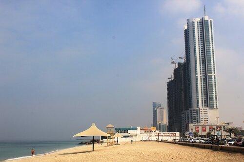 Пляж и высотки