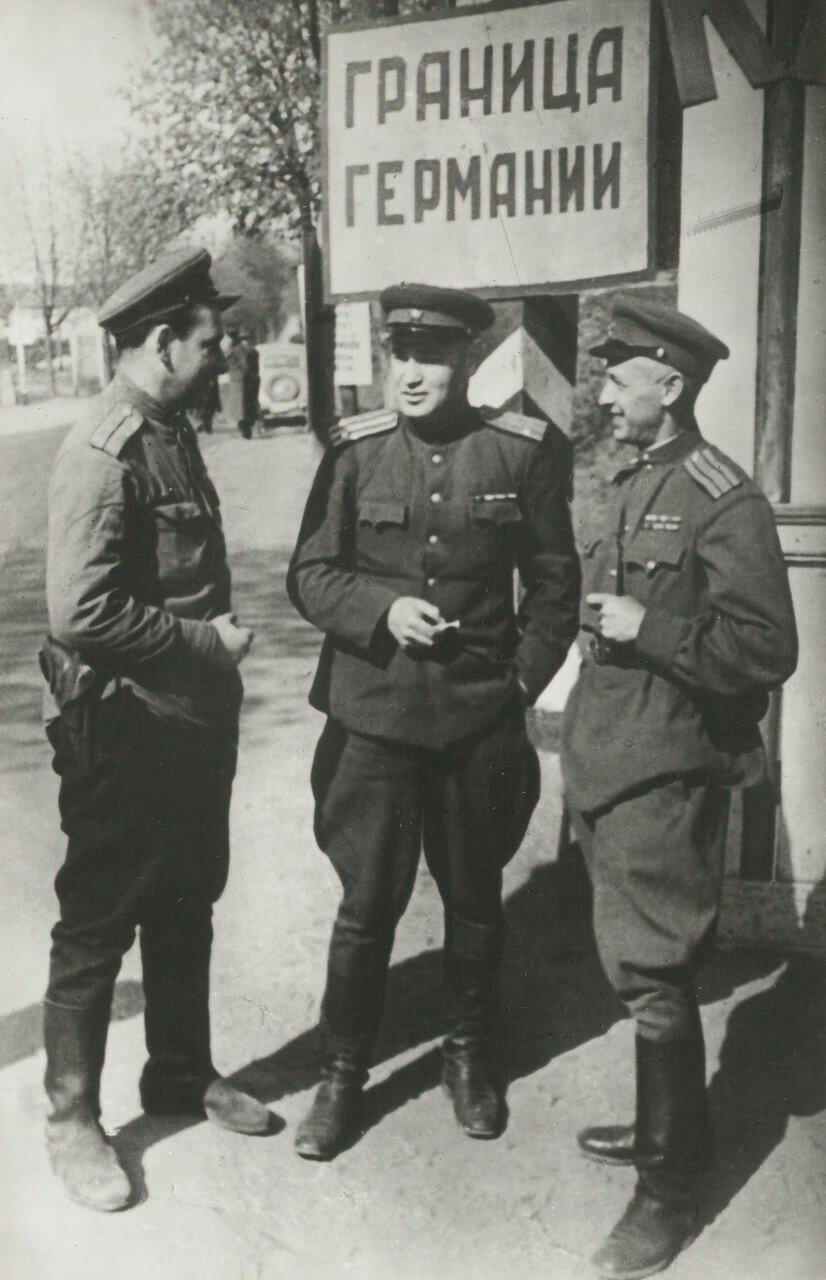 1945. Советский военный корреспондент Виктор Тёмин, Борис Горбатов и Роман Кармен на германской границе