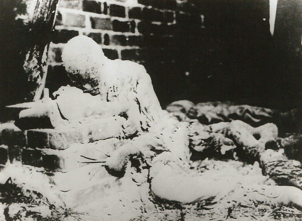 1944. Этого неизвестного солдата фашисты поливали водой, пока он не превратился в ледяную статую