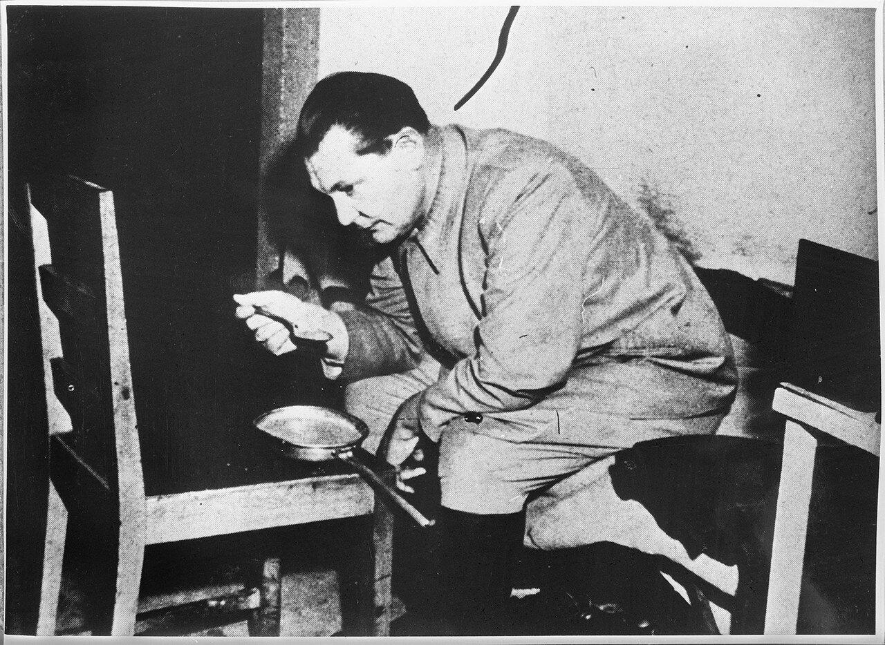 Геринг завтракает в своей камере