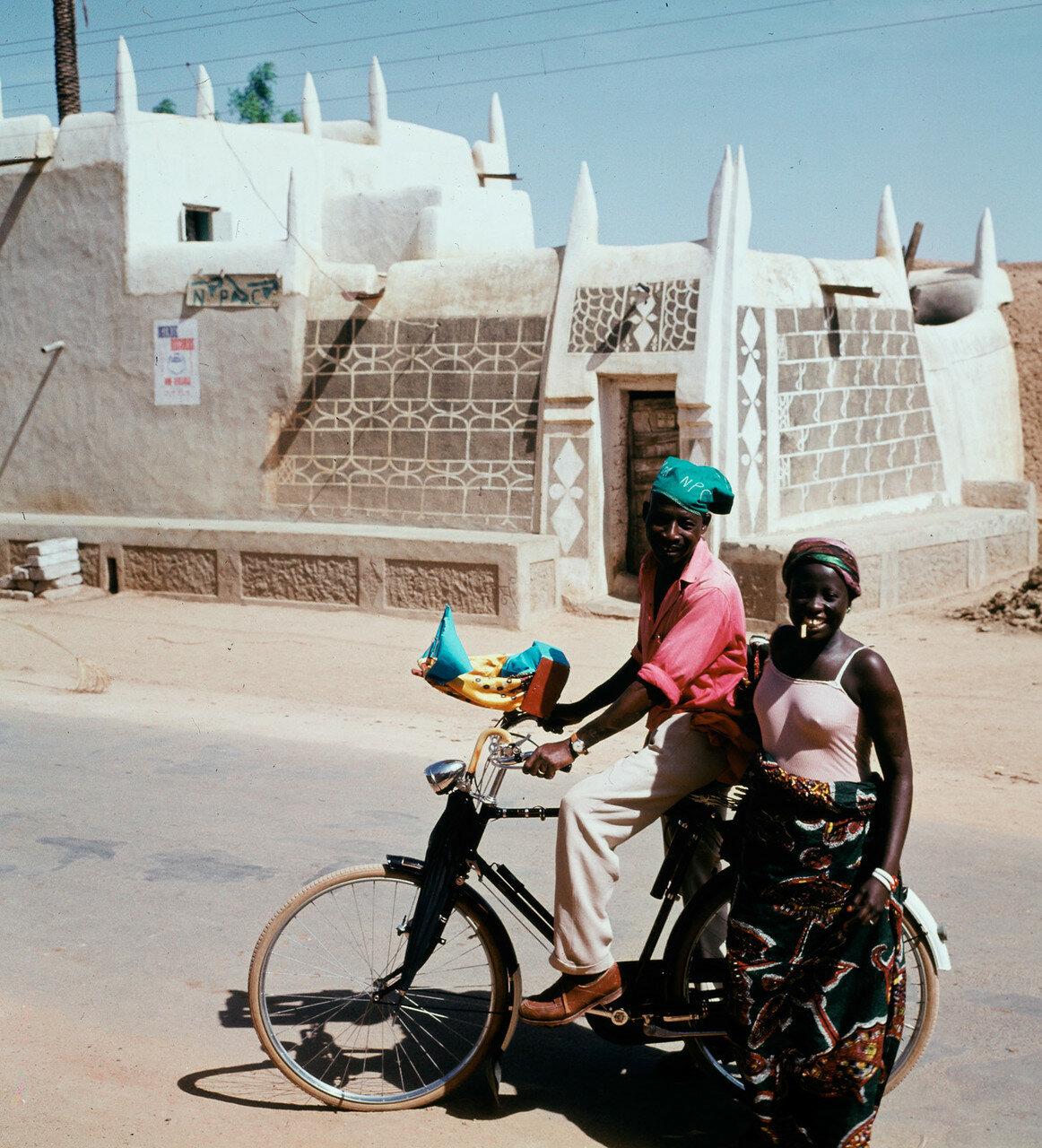 Кано. Пара с велосипедом