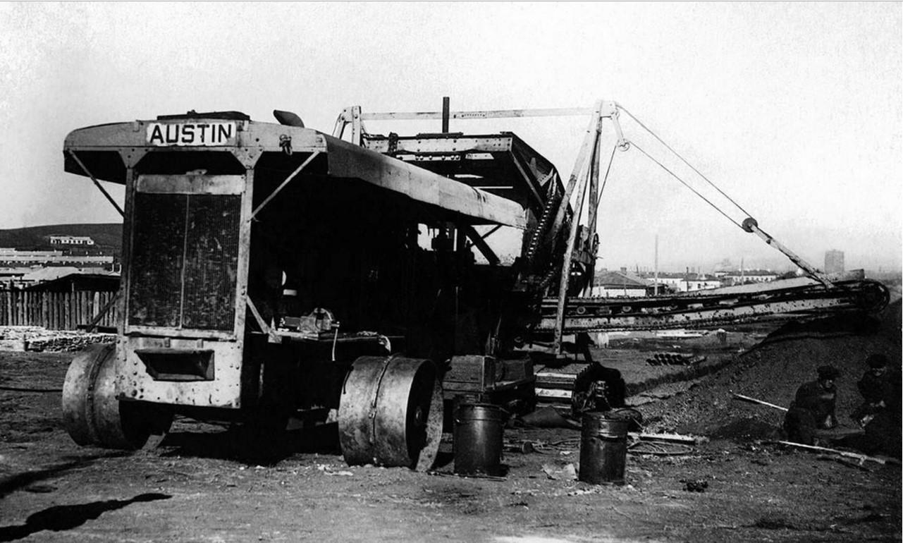 Магнитогорск. Механический канавокопатель фирмы «Austin». 1930