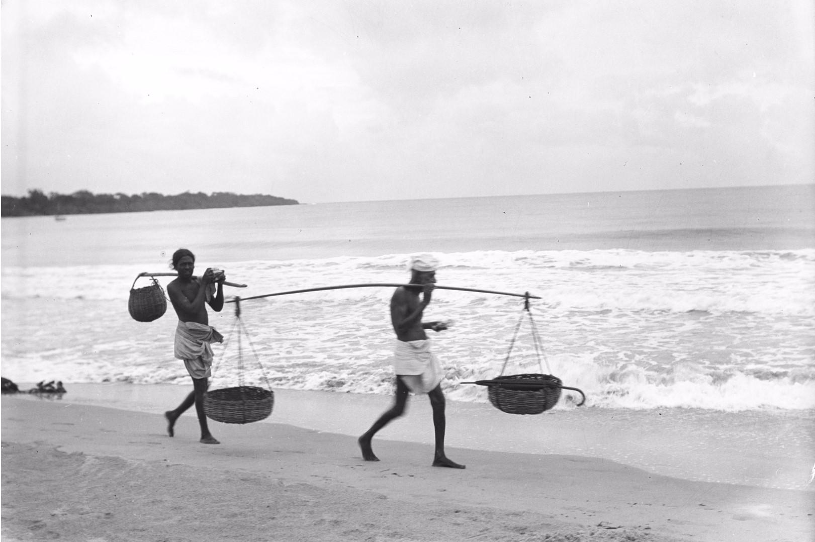261. Калкуда. Рыбаки с корзинами на берегу