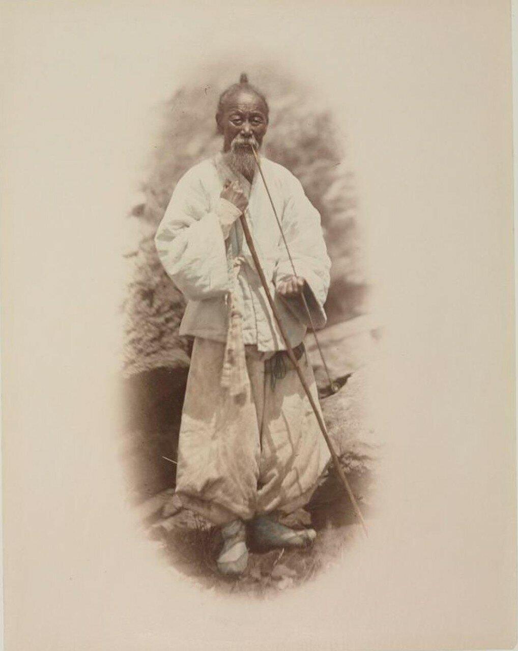 Старик кореец с трубкой