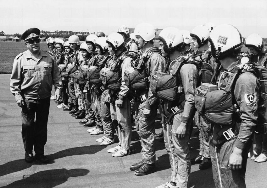 Mielke mit Fallschirmspringern