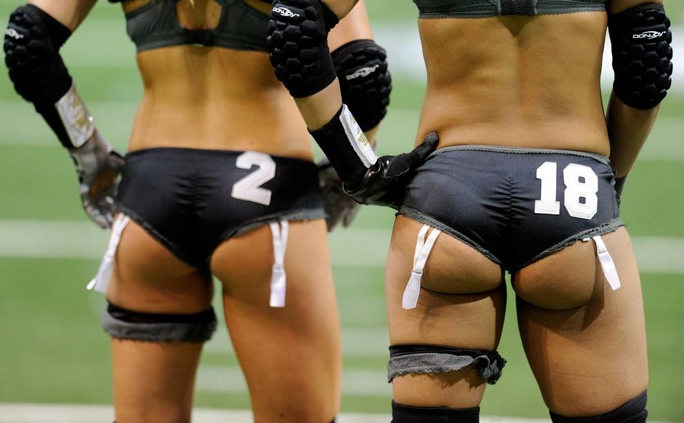 Американский футбол в нижнем белье. Не бойтесь, это фото девушек!