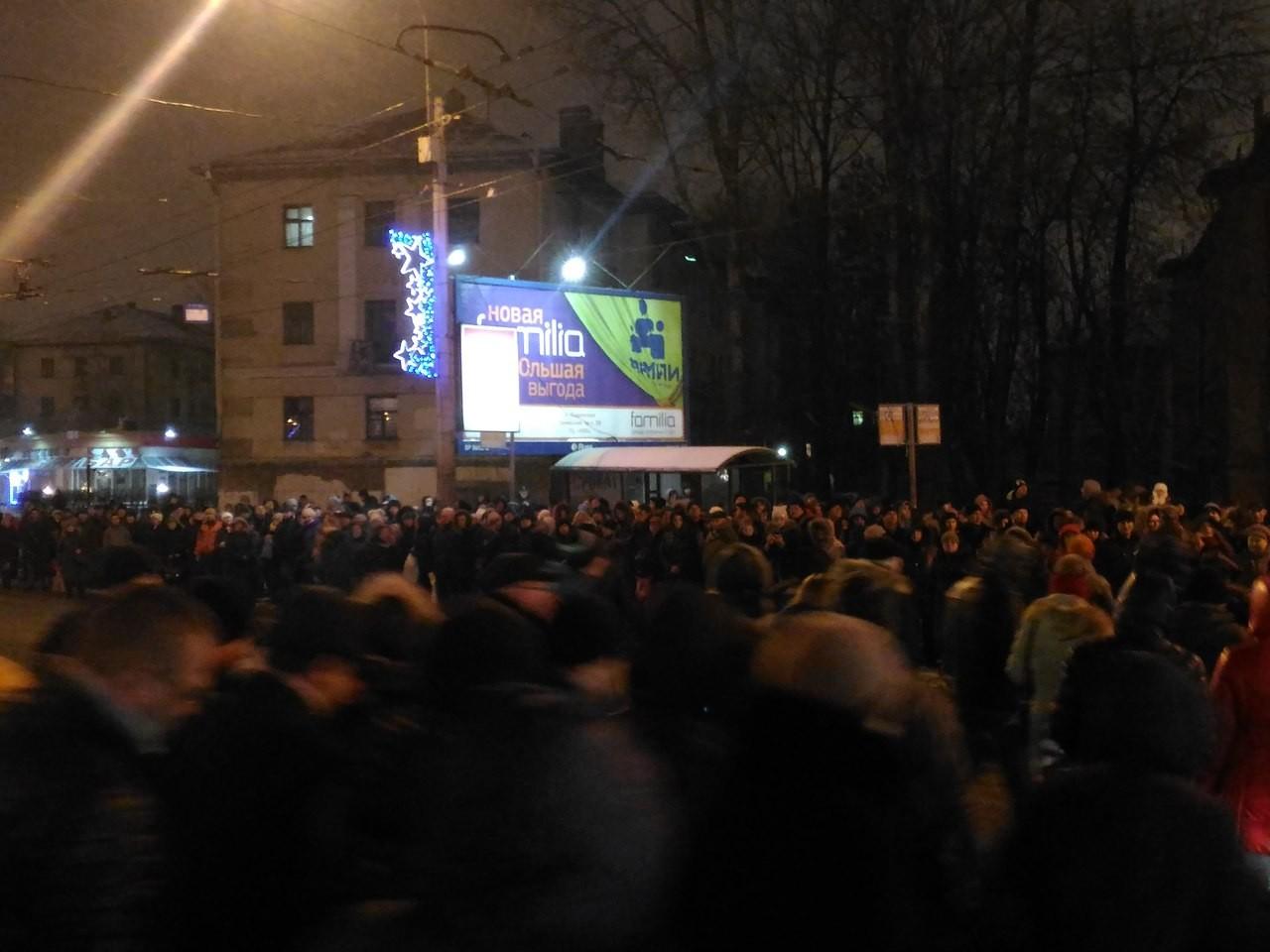 Вметро Петербурга пассажир упал нарельсы и умер  — свидетели
