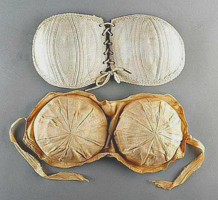 Или нашивались оборочки внутри или снаружи нижнего белья.
