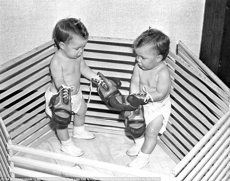 Малышей, которые с трудом могут поднять боксерские перчатки, поместили на импровизированный боксерск