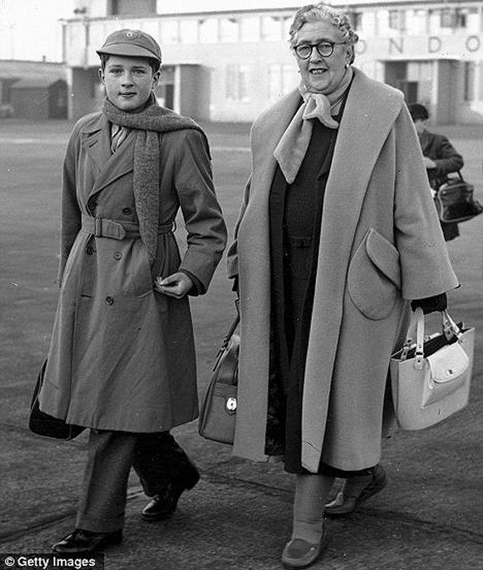 На фото: писательница с внуком Мэтью 6. Во время Второй мировой Агата Кристи написала два рассказа —