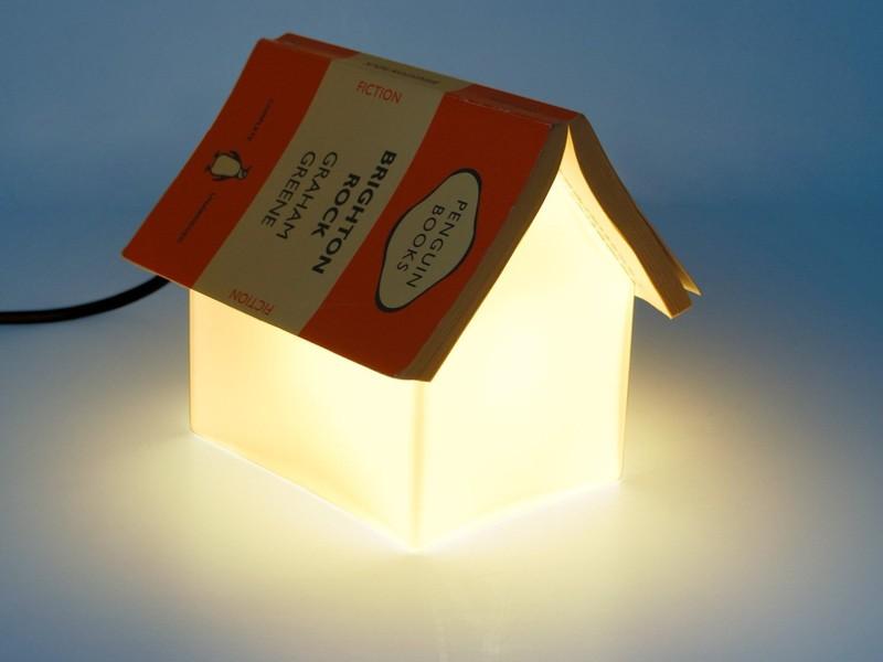 8. Светильник-домик Светильник со скошенными гранями, на который можно положить книгу и не потерять