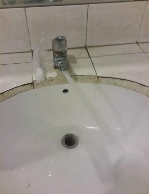 Помыть руки под этим краном — целая история.
