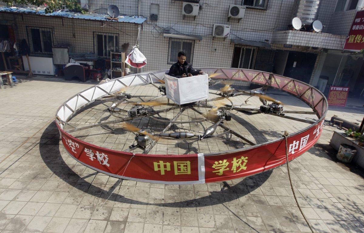 19. Фермер Шу Маньшэн завис над землей в своем самодельном летающем устройстве во время его тестиров