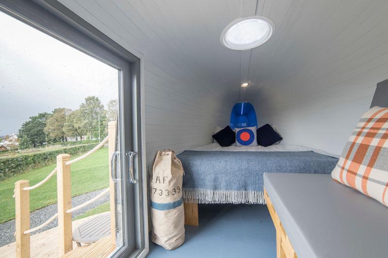 Чтобы в вертолете летом было прохладно, а зимой тепло, для стен сделали дополнительную изоляцию. Дер