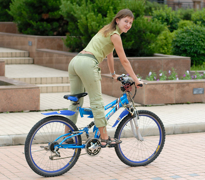 7. Туристам бесплатно можно брать велосипеды, чтобы кататься вокруг здания за забором, да в зоне вид