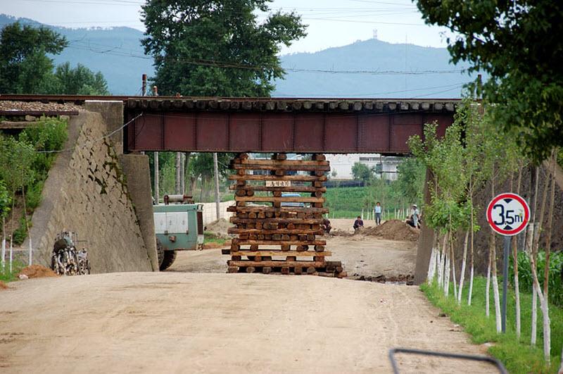 40. Вот так укреплен железнодорожный мост, чтобы совсем нафиг не рухнул. Сверху шастают вагоны.