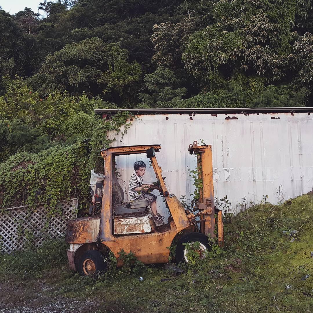 Автор находит на уличных стенах непримечательные объекты и остроумно дополняет их рисунком.
