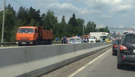 Фура протаранила шесть машин наЛенинградском шоссе вПодмосковье