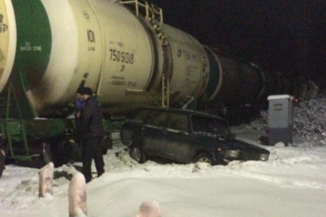 Девушка на Infiniti столкнулась с локомотивом в Екатеринбурге. Авто-железнодорожные столкновения в России