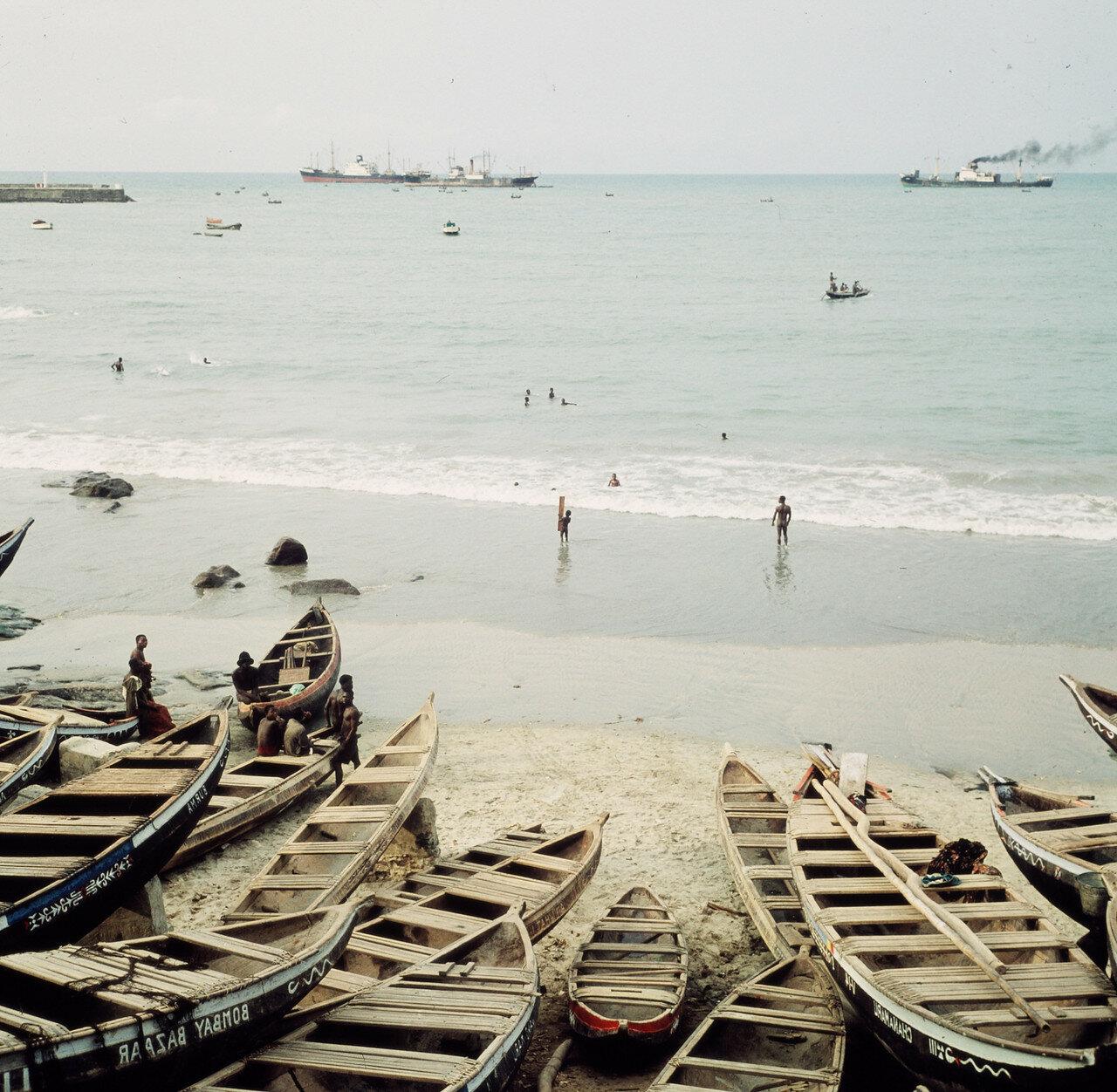 Прибойные шлюпки на берегу. На заднем плане грузовые суда, стоящие на якоре, 12 апреля