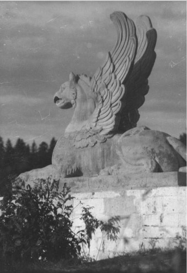 Усадьба «Марфино». Скульптура грифона