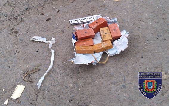 Сверток со взрывчаткой обнаружен на улице в Одессе, - Нацполиция. ФОТО