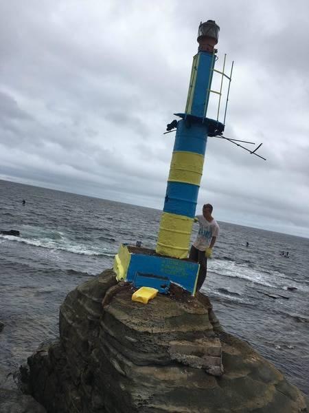 Теперь он красивый: В РФ ржавый маяк покрасили в желто-синие цвета (фотофакт)