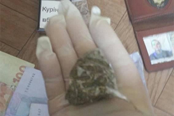 Полицейский, торговавший наркотиками в помещении районного суда, задержан на Днепропетровщине. ФОТО
