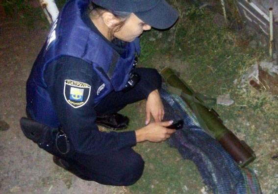 Среди руин в Мариуполе дети нашли готовый к использованию гранатомет. ФОТОрепортаж